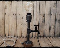 Lampada da tavolo di tubo industriale