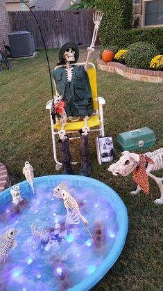 55 Elegant DIY Halloween Decorations Ideas for Your Front Yard Halloween Prop, Halloween Yard Displays, Halloween Yard Art, Halloween Outside, Halloween Skeleton Decorations, Outdoor Halloween, Halloween Party Decor, Couple Halloween, Halloween Costumes