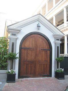 Entrance in Charleston . Southern Living, Southern Style, Southern Charm, Charleston Gardens, Charleston Sc, Beautiful Homes, Beautiful Places, When One Door Closes, Door Entryway