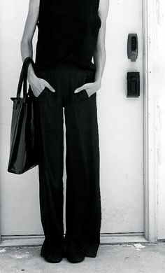 Minimalist all black outfit. This is how to wear wide leg pants. Looks Chic, Looks Style, Style Me, Fashion Mode, Work Fashion, Womens Fashion, Style Fashion, Luxury Fashion, Fashion Design