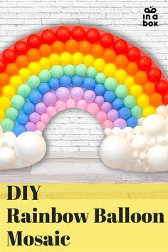 Mit unserem einfachen DIY Regenbogen Ballon Mosaik machst Du Dir jede Party garantiert etwas bunter! Ob ein veträumt bunter Kindergeburtstag, eine Einhornfete oder eine tolle Poolparty, der Regenbogen passt einfach in jedes bunte Setting und ist mit wenigen Handgriffen selbst gebastelt. Party Box, Diy Party, Rainbow Balloons, Party Decoration, Diy Box, Wild Ones, Bunt, Goodies, Baby Shower