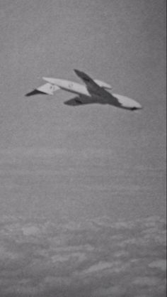 An upside-down Victor. Air Force Aircraft, Fighter Aircraft, Military Jets, Military Aircraft, Handley Page Victor, V Force, Avro Vulcan, Post War Era, Plane Design