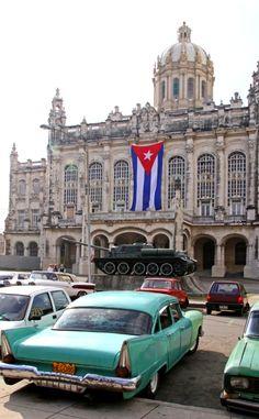 Vintage coche fuera del Museo de la Revolución, en La Habana, Cuba.
