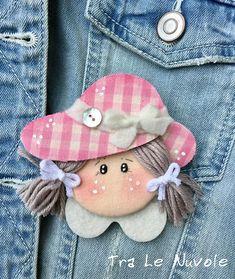 Articoli simili a Spilla bambolina - doll pin - bambola su Etsy