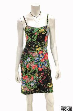 Nom du vêtement: CAMELIA. Voici notre belle robe, pensée et fabriquée entièrement en Beauce! Tissu de qualité extensible et très confortable en plus d'être facile d'entretien (laver à l'eau froide et suspendre pour sécher). Ses motifs floraux apportent toute la féminité et le look tant recherché cette saison. Et comme toujours: exclusivité VICKIE ! Portez fièrement notre collection en encouragez ainsi l'industrie locale :)  73% rayonne 23% nylon 4% lycra Nylons, Bermuda, Ainsi, Voici, Short, Comme, Apron, Collection, Fashion