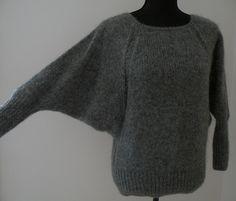 Denne strikkede bluse med flagermusærmer, er i en super-lækker kvalitet. Den er desuden ret hurtig at strikke, da garnet er forholdsvis tykt.