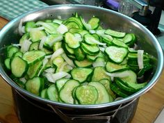 With the jars starting to boil, take the cucumbers and onions mixture out of the refrigerator and drain off the salt water. Bread N Butter Pickle Recipe, Bread & Butter Pickles, Cucumbers And Onions, Pickling Cucumbers, Home Canning Recipes, Cooking Recipes, Pickled Brussel Sprouts, Homemade Pickles, Pickles Recipe