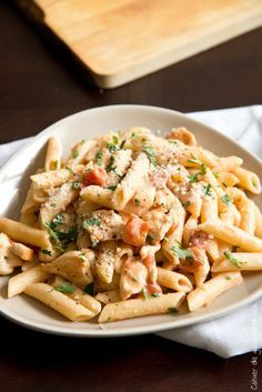 Creamy tomato, chicken and parmesan pasta – Gourmet book Plus Easy Dinner Recipes, Pasta Recipes, Cooking Recipes, Healthy Recipes, Roasted Mediterranean Vegetables, Food Porn, Salty Foods, Creamy Pasta, Food Inspiration