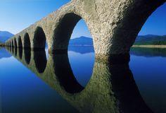 """見えたり見えなかったりする橋?もうすぐ無くなってしまうかもしれない橋?そんな不思議な橋「タウシュベツ川橋梁」は北海道の糠平湖にあります。すぐにでも壊れてしまうかもしれない、みんなが残っていてくれと願う幻の橋・タウシュベツ川橋梁に""""今""""行くしかない!!「タウシュベツ橋」って?タウシュベツ橋は発電目的でつくられた人工ダム湖・糠平湖にあり、正式には「タウシュベツ川橋梁」と言います。1937年に完成、1938〜1955年は鉄道橋として利用され、その後は放置されてきました。旧国鉄士幌線のアーチ型をしたタウシュベツ橋はコンクリート製ですが、半世紀以上もの間、糠平湖の水位変動によって劣化していき、現在..."""