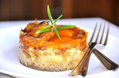 Parfum d'été avec l'abricot à l'honneur ! Je vous propose un irrésistible crumble aux abricots caramélisés juste comme il faut ! Ce joli dessert « fait maison » au goût acidulé et sucré, est facile à réaliser et régalera, à coup sûr, ceux que vous aimez...