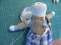 После первой и второй частей мастер-класса самое время завершить работу созданием очаровательного платья для нашей игрушки. В этом мастер-классе я постараюсь показать, как сделать платье для зайки. Хочу оговориться сразу - вариантов создания такой одежды масса и каждый мастер делает так, как привык. Я покажу свой вариант простого, но, пожалуй, самого распространенного фасона платьица.