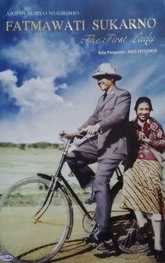Sampul Fatmawati Sukarno, The First Lady Founding Fathers, Kebaya, Vintage Photographs, Presidents, Idol, Hero, Lady, Movie Posters, Cover