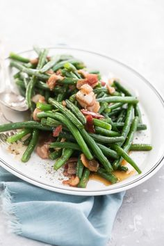 This recipe for Green Beans with Bacon has many names: Texas Roadhouse Green Beans, Southern Style Green Beans, or Arkansas Green Beans, to name just a few. Crockpot Green Beans, Green Beans With Bacon, Frozen Green Beans, Easy Thanksgiving Sides, Healthy Thanksgiving Recipes, Bacon Recipes, Side Recipes, Best Mashed Potatoes, Green Bean Recipes