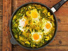 A világ szinte minden pontján készítenek lecsószerű ételeket a közel-keleten, ez a shakshuka. Ebben a változatban különféle zöldek találkoznak zöldekkel és fűszerekkel …