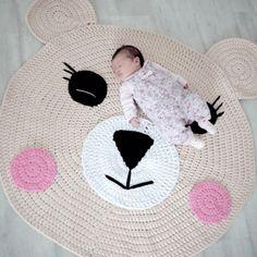 Oh zo lief dit vloerkleed voor op de babykamer. Je haakt het bijvoorbeeld met dikker textielgaren. Het gratis haakpatroon vloerkleed beer is van Katia.