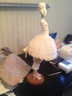 На моей страничке в фейсбуке есть рубрика ' Из жизни кукол', где я показываю фотографии рабочего процесса. Пусть и здесь будет такая же. Сегодня несколько фото из жизни Полины http://www.livemaster.ru/item/7545301-kukly-igrushki-avtorskaya-kukla-polina…