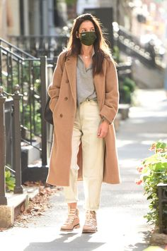 Katie Holmes, Jumper, Grey Sweater, Vogue Trends, Pantalon Slouchy, Minimale Kleidung, Jeans Overall, Jeans Claro, Street Style Shoes
