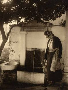 1930, Greece Mykonos, Santorini, Old Pictures, Old Photos, Greek Independence, Greek Traditional Dress, Greece History, Old Greek, Greece Photography