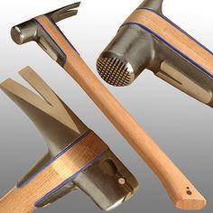 """Deze bekroonde heruitvinding van de iconische Amerikaanse framing hamer heeft een """"split-head"""" ontwerp dat twee doelen dient. In de eerste plaats word de schock afgevoerd en onderbroken door de anti-vibratie pads tijdens het gebruik, en verminderen daarbij enorm de spanning voor de gebruikers hand, pols en arm. Ten tweede, het maakt het mogelijk de vervanging van een deel van de hamer die breekt of verslijt. De kop en de klauwen zijn perfect in balans voor een goede middellijn swing."""