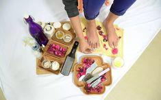 Pedicure At Home Homemade Pedicure, Diy Pedicure, Pedicure At Home, How To Do Pedicure, Feet Scrub, Beauty Tips, Beauty Hacks, Nail Soak, Black Nail Designs