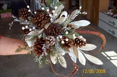 Pine cone bouquet -  wedding bouqet pine cone http://static.weddingwire.com/static/vendor/170001_175000/170708/thumbnails/600x600_1260139474629-2009WinterPineConeBouquet.jpg