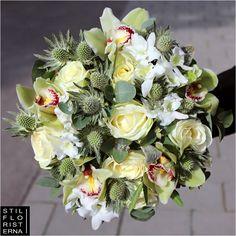 Handbunden brudbukett i platt form, med vita rosor, gråa tistlar och gulvit cymbidium.