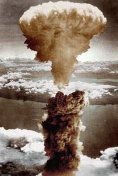End of the war: The mushroom cloud of the second atomic bomb over Nagasaki, Japan, on August The USA dropped two atomic bombs, the other over Hiroshima to end the Second World War. Around people died World War I, World History, Hiroshima E Nagasaki, First Atomic Bomb, Bomba Nuclear, Mushroom Cloud, Iconic Photos, Interesting History, Historical Pictures