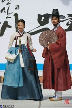 Hanbok - Korean Traditional Dress (Designer Lee Young Hee) - warm cinibarrish rust, with two shades of indigo and ivory - BEAUTIFUL! Korean Traditional Dress, Traditional Fashion, Traditional Dresses, Korea Dress, Modern Hanbok, Korean Wedding, Vogue Korea, Chinese Clothing, Korean Outfits