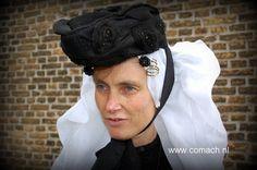 Tholen, sluiermuts met kipje Holland, Crown, Costumes, Traditional, Jewelry, Fashion, The Nederlands, Moda, Corona