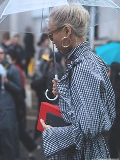 PFW STREET STYLE OCTOBER 2017 I Paris Fashion Week March. Vichy print outfit. Rainy Paris... - Summer Street Style Fashion Looks 2017