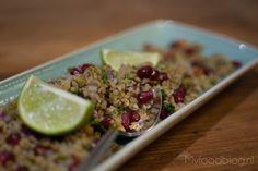 Freekeh is een heerlijke basis voor een lekkere maaltijd. Deze salade bevat onder meer granaatappelpitjes, peterselie en rode ui.