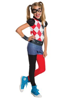 Harley Quinn. Harley Quinn tyttöjen naamiaisasu on värikkään persoonan näyttävä naamiaisasu, joka sopii hienosti niin teemabileisiin kuin muihinkin naamiaispukeutumista vaativiin menoihin. Haalarimallinen naamiaisasu sallii vauhdikkaankin hulluttelun.