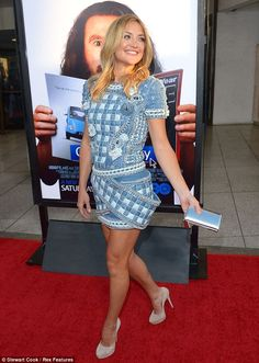 Kate Hudson impressive legs in a short dress and high heels on the red carpet.
