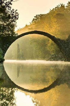 De brug van Rakotz, ook wel de duivelsbrug genoemd, gelegen in het Duitse Rhododendron Park Kromlau