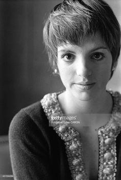 Liza Minnelli.                                                                                                                                                     More Judy Garland Daughter, Shari Belafonte, Judy Garland Liza Minnelli, Patti Lupone, Crop Hair, Famous Movies, Zooey Deschanel, Music Film, Hair