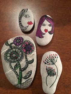 Bu taşlarım taş boyayan, tanımadığım taş severlerin çalışmalarından esinlenerek yapıldı