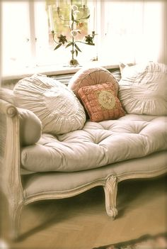 Tufted Cushion - covered with a collection of welcoming pillows -  Sagolika sinnen: Barnens lekrum