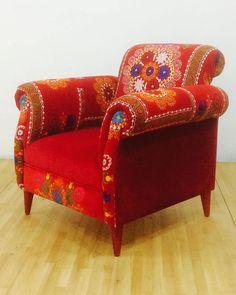 Retro stijl handgemaakte fauteuil bekleed met vintage handgemaakte Suzani stof en velours stof. Mooie combinatie van prachtige kleuren. Zetel en buitenste delen zijn bedekt met rood fluweel stof. Houten poten zijn geschilderd in rood te voltooien de elegante look. Beuken houten constructie en schuimrubber zijn gloednieuw. Frame is gemaakt van hardhout van de oven gedroogd.  End-to-end afmetingen (cm): breedte 90 x diepte 88 x hoogte 88; stoel hoogte 45 cm End-to-end afmetingen (inch)…