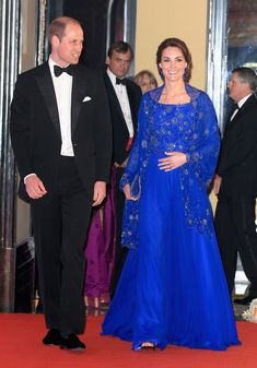 Kate MIddleton, the Duchess of Cambridge, wore a stunning royal blue Roland Mouret gown with Cartier earrings at the anniversary SportsAid gala. Moda Kate Middleton, Style Kate Middleton, Kate Middleton Photos, Princesa Diana, Princess Kate, Royal Blue Gown, Jenny Packham Dresses, Look Star, Elisabeth Ii