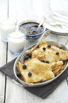 Pannekaker er populært hos både liten og stor. Med syltetøy, sukker, bacon eller til og med brunost på. Alle har sin favoritt. Norwegian Food, Norwegian Recipes, Scandinavian, Pancakes, Muffin, Mille Crepe, Favorite Recipes, Dessert, Crepes