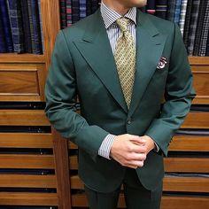 Green & yellow, black & white. #men #menstyle #menswear #mensfashion #napoli #sprezzatuza #mensclothing #bespoke #dandy #gentleman #mensaccessories #mensstyle #tailor #milano #fashion #menwithclass #italy #style #styleformen #wiwt #suit #dapper #menwithstyle #ootd #daily #moda #stile #elegance #mygqlook #mnswr