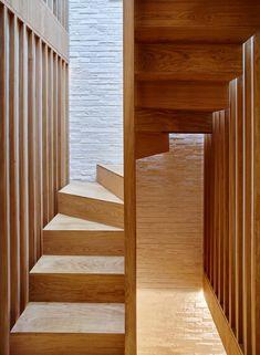 Coffey Architects verweist auf japanische Teehäuser in renovierten Londoner Mews #escalier #kleineräume #stairs #treppen #treppenregal #regal