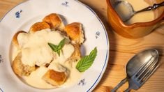 Buchtičky skrémem jsou jedno znejoblíbenějších dětských jídel. Vdospělosti už je mnoho lidí považuje spíš za dezert, ovšem jako oběd čisladká mlska po něm jsou buchtičky skrémem nepřekonatelné. Tak hurá do vaření apečení! Mashed Potatoes, Ethnic Recipes, Continents, Whipped Potatoes, Smash Potatoes