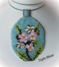 Wracam :) z tym razem z owalnymi, kwiatowymi wisiorkami zrobionymi techniką peyote. Znalazłam podobny wisiorek z makami w sieci i postan... Peyote Patterns, Beading Patterns, Flower Patterns, Beaded Cross Stitch, Beaded Jewelry Patterns, Beaded Ornaments, Bead Jewellery, Triple Moon, Brick Stitch