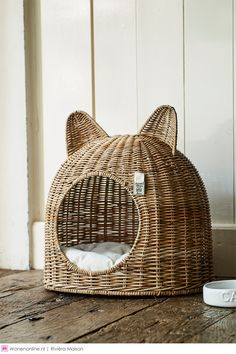 Cats Made Easy To Understand With This Article Look how cute this basketweave cat bed is! The post Cats Made Easy To Understand With This Article appeared first on Katzen. Cat Room, Cat Decor, Pet Furniture, Furniture Design, Cat Accessories, Here Kitty Kitty, Sleepy Kitty, Kitty Cats, Pet Beds