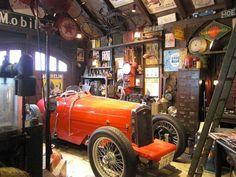 ルパンが乗っているみたいなおしゃれなクラシックカーが展示されたミュージアム。 ガレージの内装もまるで映画のセットみたいですね。