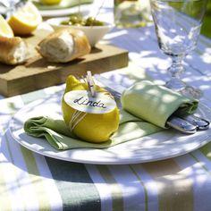 Namensschilder sind immer eine nette Aufmerksamkeit und die Gäste freuen sich. Wie wäre es denn mit dieser sommerlichen Variante? Schnell und einfach gemacht versprüht das Namensschild an der Zitrone gute Laune und sieht nebenbei auch hübsch aus!