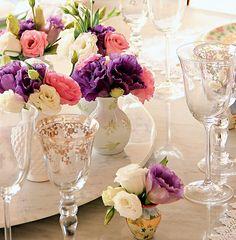 Faça seus próprios arranjos de flores. Em vez de ir à floricultura, compre flores avulsas, o que sai bem mais em conta, e faça composições n...
