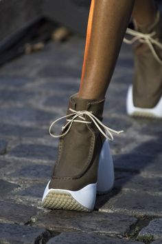 Courreges Spring 2020 Fashion Show Details. All the fashion runway close-up details, shoes, and handbags from the Courreges Spring 2020 Fashion Show Details. Comfy Shoes, Casual Shoes, Comfortable Shoes, Elegante Y Chic, Runway Shoes, Outfits Mujer, Kinds Of Shoes, Dolce & Gabbana, Fall Shoes