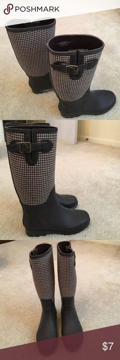 Banana Republic brown houndstooth rain boots Banana Republic brown houndstooth rain boots | Glasgow named rain boots | rubber fabric upper | rubber sole | made in China | *the left side boot (pictured right) has a white dusting from irregular manufacturing | this can probably be taken off if you take the time to research how to Banana Republic Shoes Winter & Rain Boots